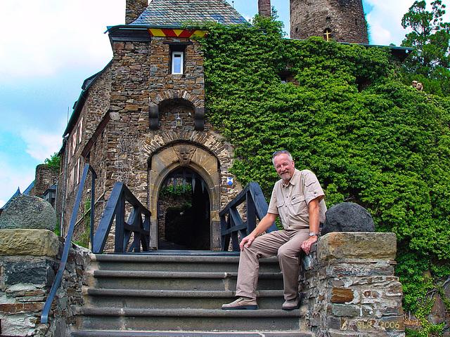 Burg Thurant bei Alken an der Mosel, vor dem Torgebäude