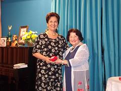 A poetisa e declamadora Gilda Baptista de Freitas faz a entrega de uma lembrança a Neide Barros Rêgo