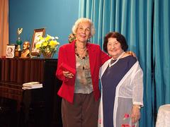 A poetisa e declamadora Gilda Baptista de Freitas faz a entrega de uma lembrança a Francisca Coelho