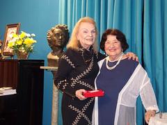 A poetisa e declamadora Gilda Baptista de Freitas faz a entrega de uma lembrança a Marlise Rezende