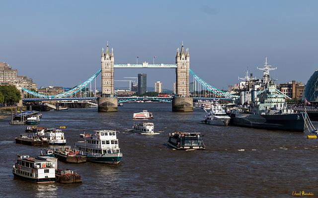Viel Betrieb vor der Tower Bridge (2*PiP)