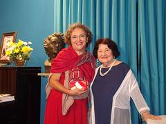 A poetisa e declamadora Gilda Baptista de Freitas faz a entrega de uma lembrança a Elda Storani