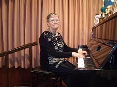 A pianista e acadêmica Lúcia Motta executa canções em Homenagem às Mães