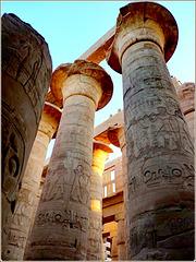 LUXOR : iscrizioni sulle colonne del tempio di Karnak con i grafismi  dell'antico Egitto