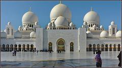 AbuDhabi : il grande piazzale ricamato e la moskea alla luce del mattino