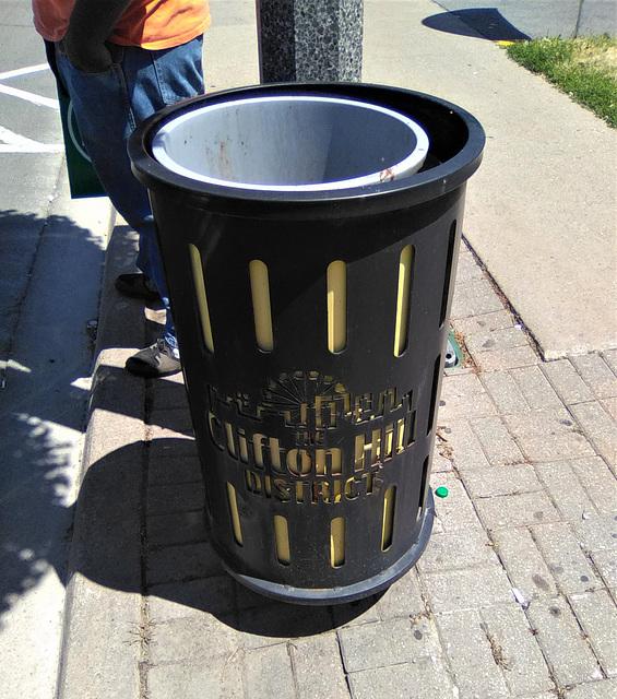 Poubelle et chutes / Clifton Hill trash can