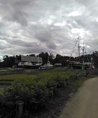 Bateaux terrestres sous nuages marins