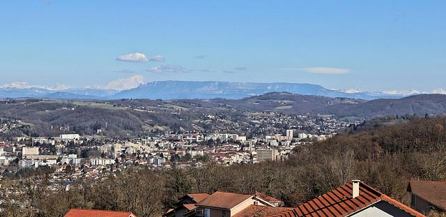 Domarin (38) 5 mars 2015. Vue sur Bourgoin-Jallieu, le Mont du Chat et, au fond, les Alpes (Mont-Blanc sur la gauche).
