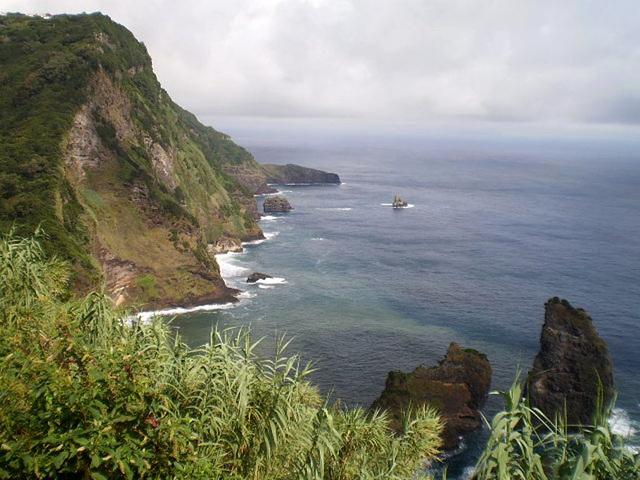 Alagoa Islet and the northeastern coast.