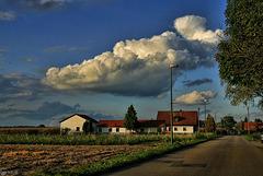 Dicke Wolke über der Landschaft