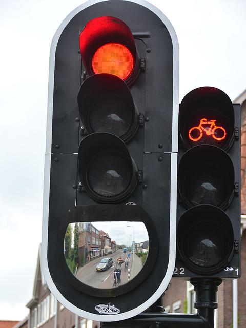 Traffic light with mirror