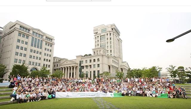 La 102a UK en Seulo - memorfoto de la partoprenantoj antaŭ la kongresejo