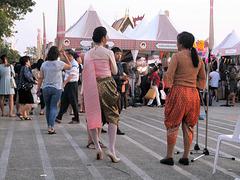 Une Dame festive en escarpins bouddhistes