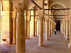 Kairouan: visione prospettica del triplo colonnato della grande moskea