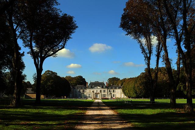 Au bout de l'allée , le discret château privé de Chevilly