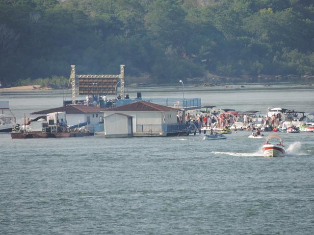 Somera festo sur la rivero/ Festa de verão no rio.