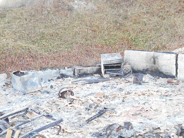 DSCN5509 - Rancho do Seu Aparício queimado