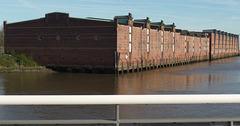 Das Dessauer Ufer: Lagerhäuser am Saalehafen