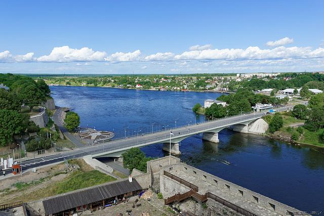 Blick von der Hermann-Festung, Burg Narva  auf die Grenzbrücke über die Narva (© Buelipix)