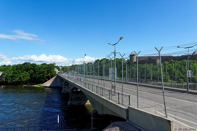 Brücke über die Narva nach/von Russland (© Buelipix)