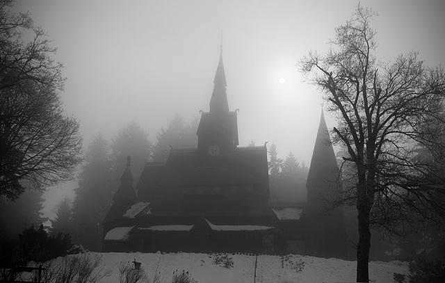 Stabkirche im Nebel