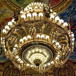 La granda lustro de l' Operejo Garnier en Parizo