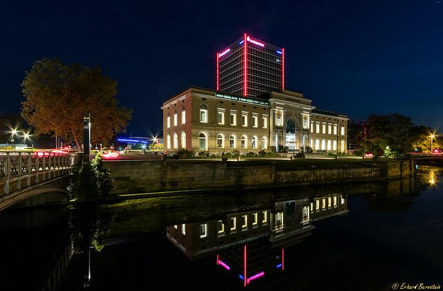 Braunschweigische Landessparkasse bei Nacht (und im PiP bei Tag)
