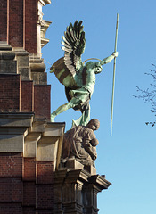 Bronzefigur des Erzengel Michael über dem Portal der Kirche