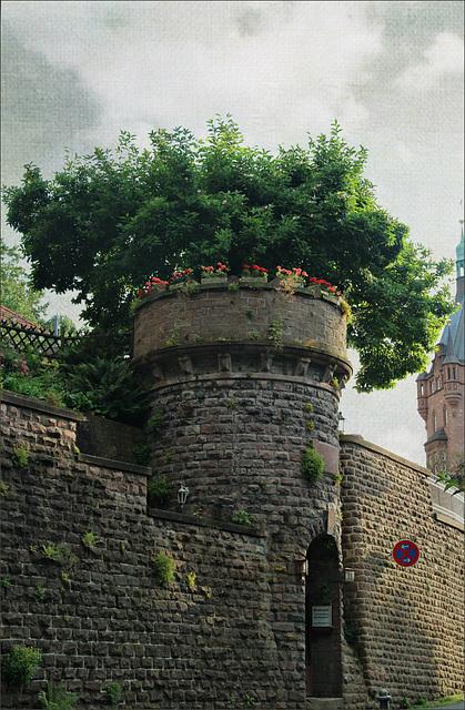 Turm mit Baum-Krone