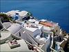 Santorini : un ombrellone , tre sedie sdraio e il mare laggiù nella caldera