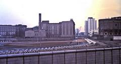 """Berlin (D) Janvier / Januar 1971. Le """"Mur"""" à la hauteur du Potsdamer Platz. (Diapositive numérisée)."""