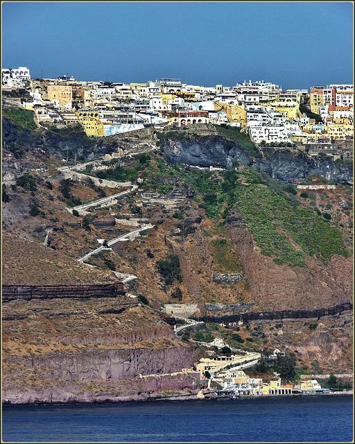 Santorini : la mulattiera che sale a Thira - sulla sinistra si vede un pilone della cabinovia alternativa alla mulattiera