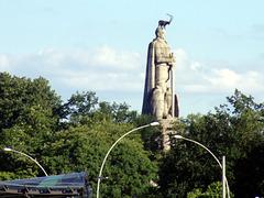 Bismarckdenkmal im Alten Elbpark mit Steinbock