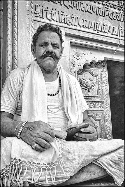 Un prêtre hindouiste en pause syndicale
