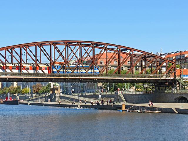 28 - Eisenbahnbrücke Vyšehrad in Prag über die Moldau, Tschechien