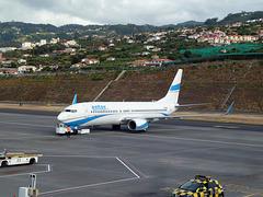Boeing 737-86Q (SP-ENV)— Enter Air wird am Flughafen Funchal auf Madeira zur Startposition geschoben