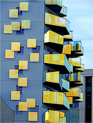 Façade avec balcons colorés 1/3 - cadrage large