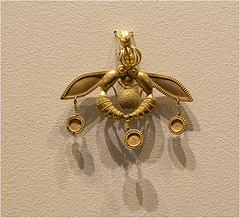 Minoan Art (4): The bee pendant