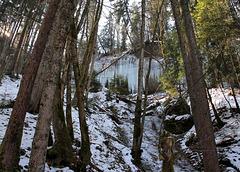 Wie Orgelpfeifen hängen die Eiszapfen an der Wand. (4 Pic in Pic)