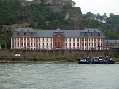Rheinkilometer 592 ist genau vor dem Kastorialgebäude in Koblenz