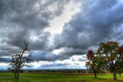 Dunkle Wolken ziehen übers Land