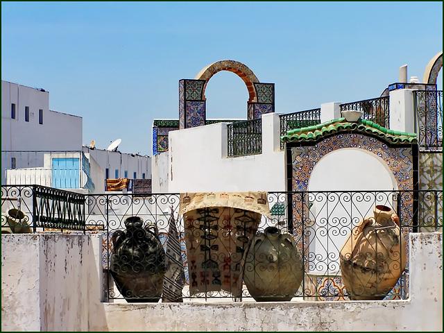 Tunisi : Grafismi, ringhiere , otri e tappeti decorano i tetti della Medina