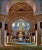 AbuDhabi : ora siamo entrati nella grande e preziosa moskea dove si possono vedere due dei tre lampadari Svarowski - il terzo è sopra la testa del fotografo (io)