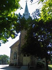 Église et feuillage / Church and foliage