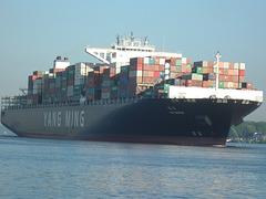 YM World auf der Elbe