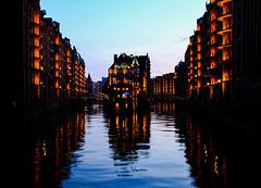 Hamburg, Blick aufs Wasserschloss zur Blauen Stunde