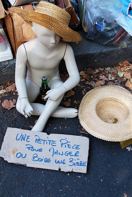 Dans les quartiers huppés , les mendigots utilisent des mannequins quand ils s'offrent quelques semaines en Polynésie  .