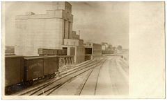 KW0117 KEEWATIN - [TRAINS AT FLOUR MILL]
