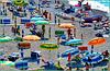 una spiaggia multicolor