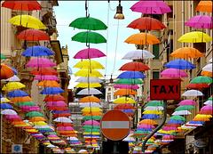 isola pedonale di ombrelli colorati !
